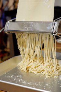 麺をパスタマシーンで裁断